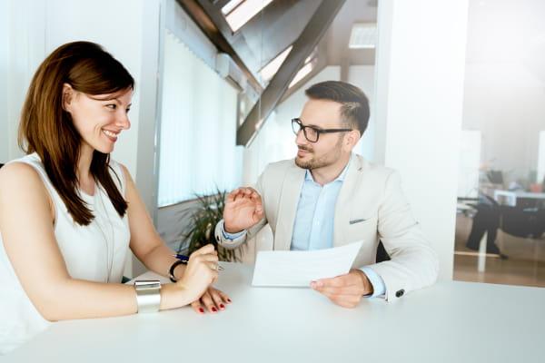 Como se manter motivado na busca por emprego: mulher sendo entrevistada.