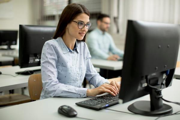 eSocial 2019 | Mudanças no Cronograma: profissional no computador preparando eSocial 2019.