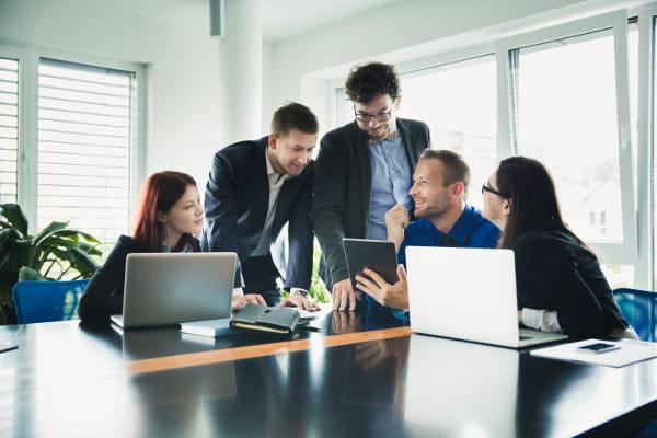 Gestão de Pessoas: Equipe discutindo a gestão dos colaboradores.