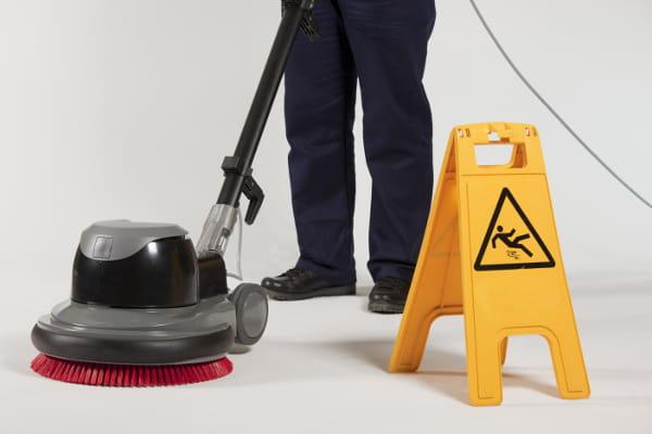Limpeza empresarial: profissional realizando a limpeza do piso.