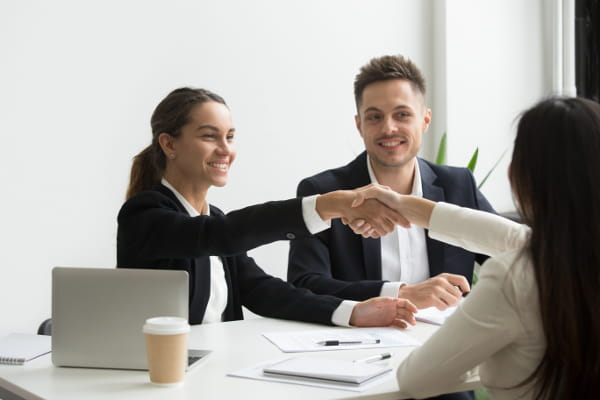 Linguagem corporal durante entrevista de emprego: recrutador entrevistando candidato.