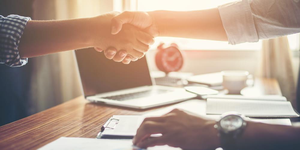 Como se adequar ao novo cenário trabalhista: aperto de mãos concluindo uma contratação.