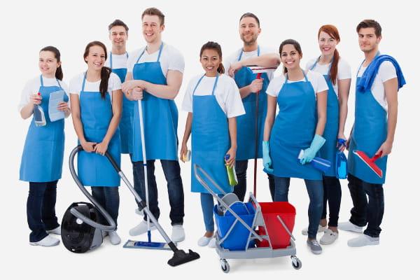 Terceirização de Serviços: Equipe de limpeza preparada para iniciar os trabalhos posando para a foto.
